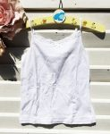 116-os Next fehér csipkeszegélyes trikó